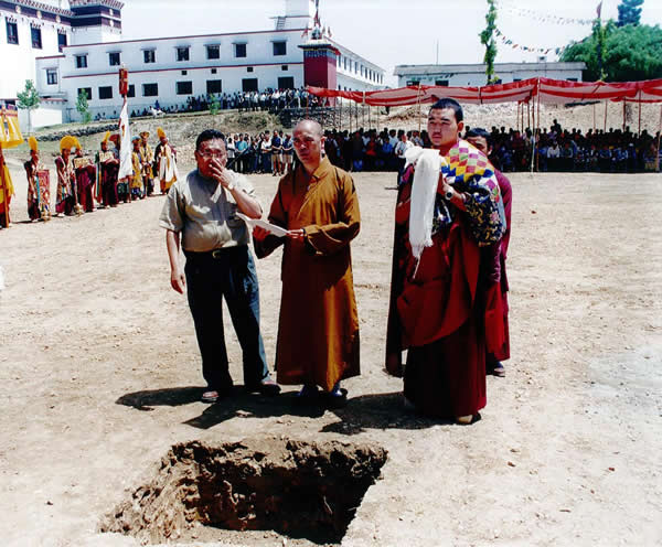 Ven. Master Ti Ching and Ven. Tulku Gyurme Lhundrub Phelgay offering auspicious prayers at the Great Stupa site
